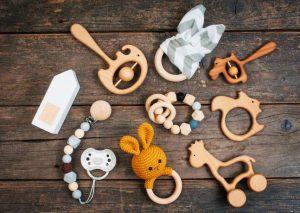 Разнообразни играчки от дърво за деца